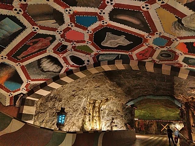 スウェーデン 地下鉄の天井と床アート